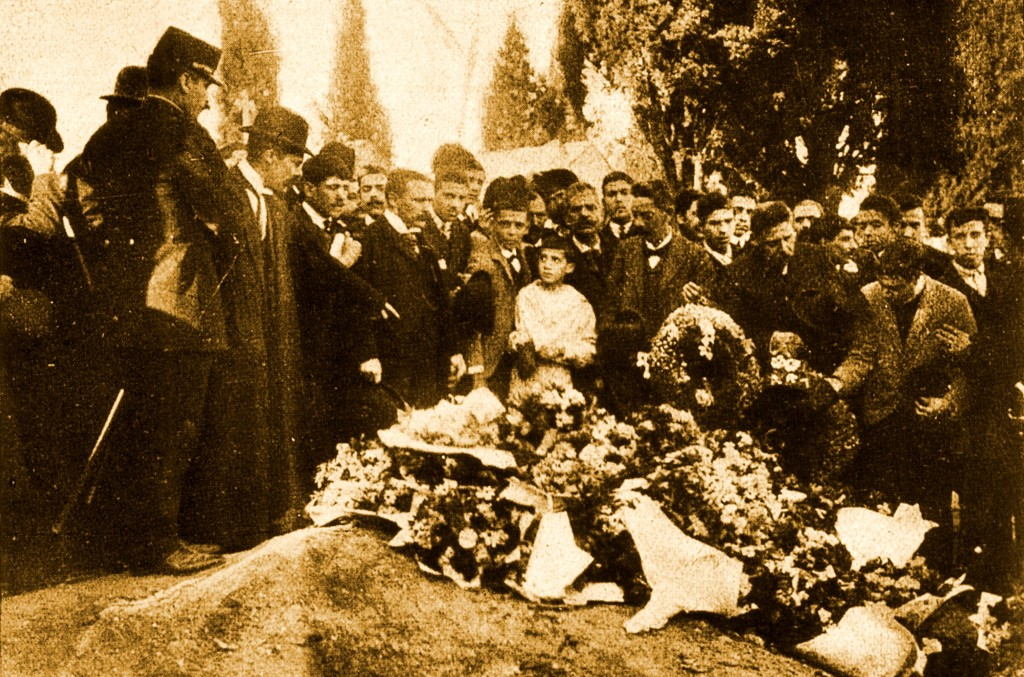 люди у могилы Алфреду Кошта и Мануэла Буисы