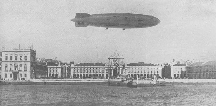 дирижабль Гинденбург с фашистской свастикой над Торговой площадью. 1936 год.