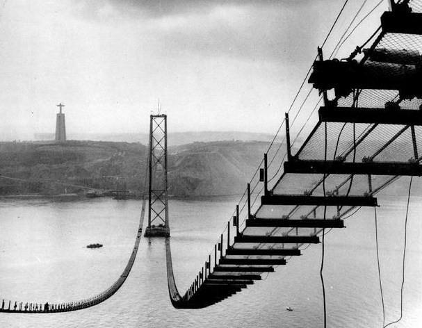 начало строительства моста 25 апреля, который тогда назвали мостом Салазара.