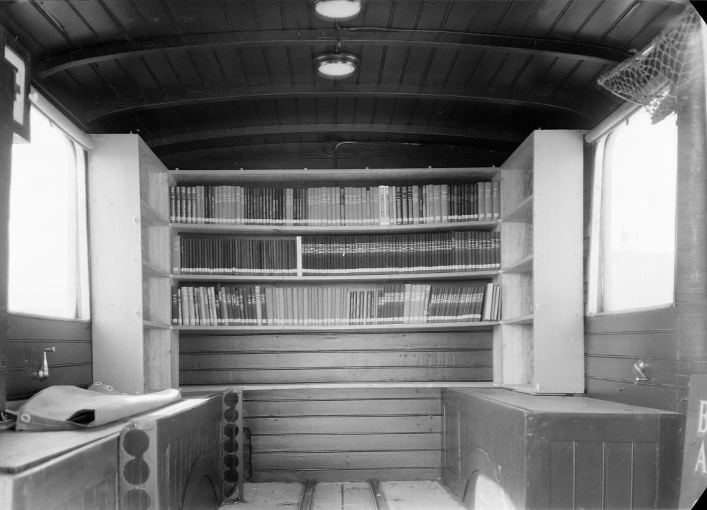 внутри мобильной библиотеки. начало 40-х годов. коллекция Фонда Гульбенкяна, Estúdio Horácio Novais