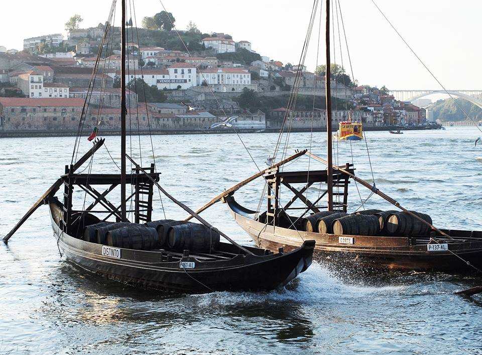 Лодки рабело у берега Вила Нова де Гайя. Фото Павла Елизарова