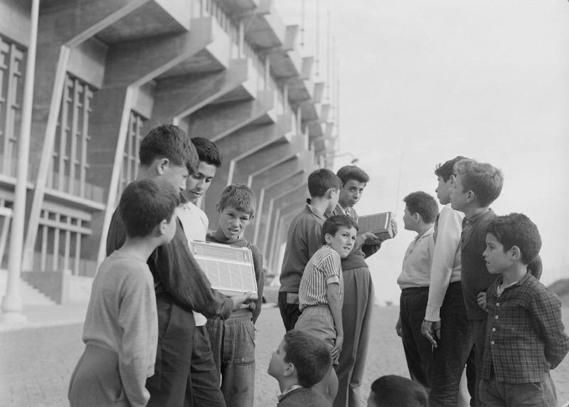 ребята слушают радио-трансляцию матча у входа на стадион Алваладе.