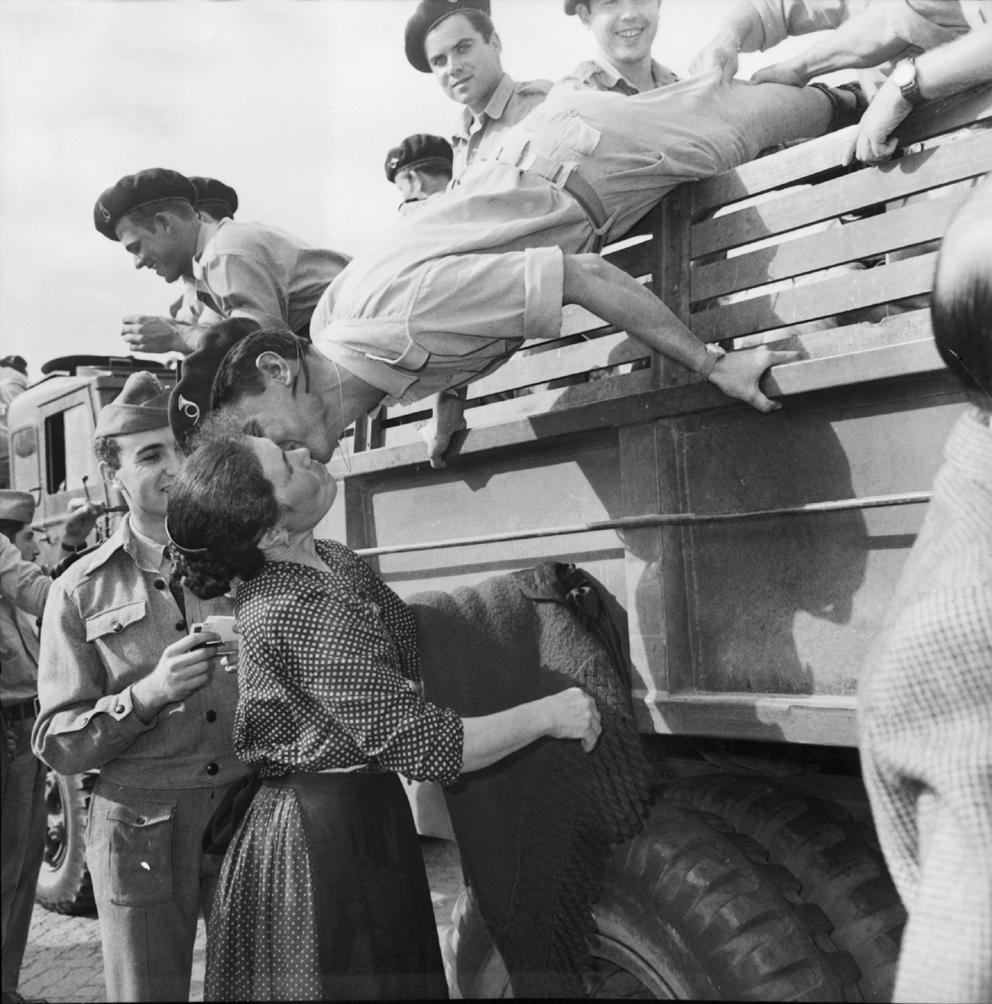 """возвращение военных из Мозамбика. 1962 год. журнал """"Crítica de Ciências Sociais"""""""