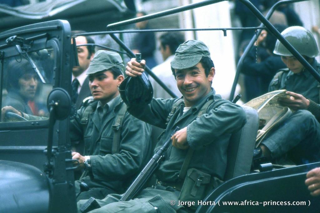 солдаты во время Революции Гвоздик. 25 апреля 1974 года. Jorge Horta
