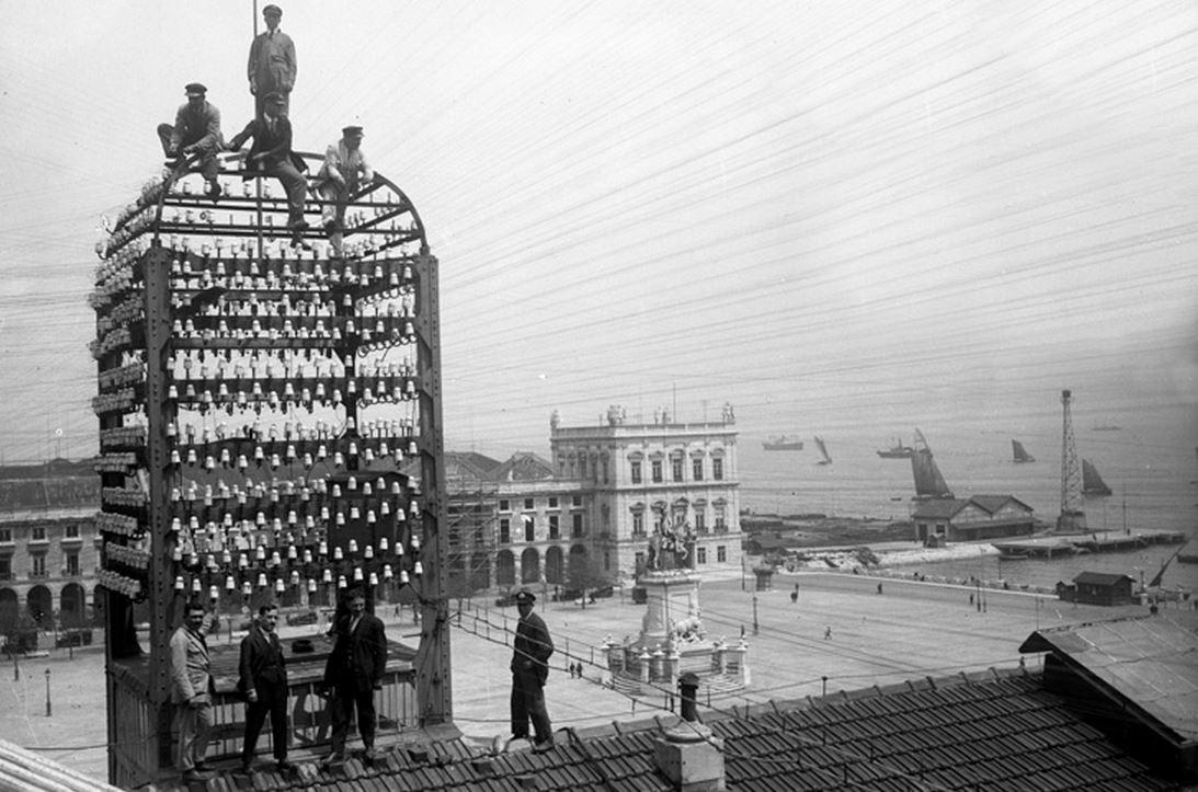 рабочие на башне Центрального Телеграфа. Торговая площадь, 1928 год.